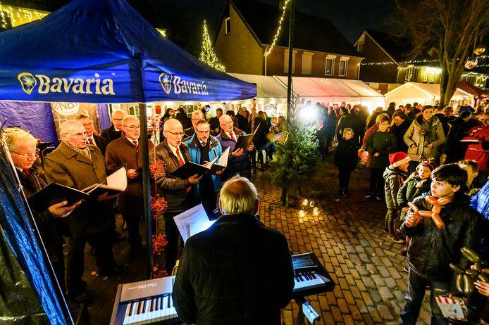Aan de Lange Weide wordt een kerstmarkt gehouden met een optrede van het Gregoriaans mannenkoor uit  Lith.