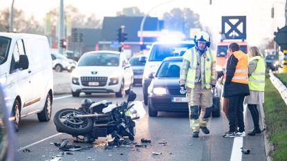 Motor en twee auto's botsen op kruispunt Peerdeken in Zingem