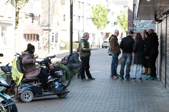Klanten wachten voor coffeeshop Diamond in Doetinchem om zes uur 's avonds open gaat.