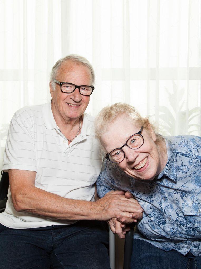 Jan (76) en Wilma Bartels (77): 'De verpleging is echt geweldig. Ik dank God op m'n blote knieën dat dit mogelijk is.' Beeld Adriaan van der Ploeg