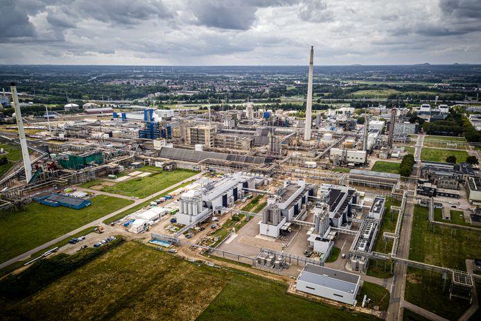 Een luchtfoto van industriecomplex Chemelot, waar ook chemische industrie van DSM is gevestigd.