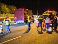 Auto botst tegen betonnen vangrail op A50 bij Heteren