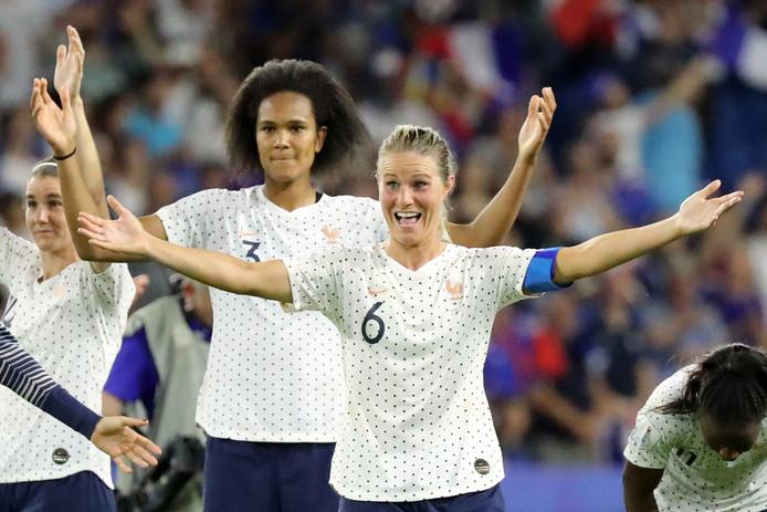 De Franse speelsters vieren de nipte zege op Brazilië.
