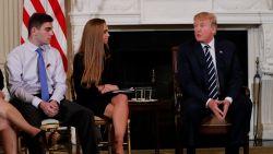 """Man die dochter verloor tegen Trump: """"Ik mag niet op vliegtuig met flesje water, maar beest kan school binnenwandelen en onze kinderen doodschieten"""""""