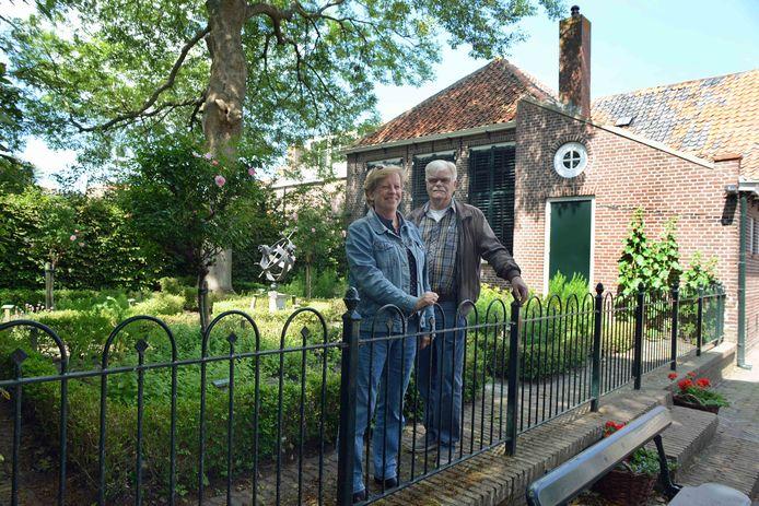 Lia Kooiman en Henk van der Veer van de Burghse Schoole en de beherende stichting Westerschouwen Kultureel achter het museum. Links van het schooltje is nog net de achterkant van het huis van het schoolhoofd te zien