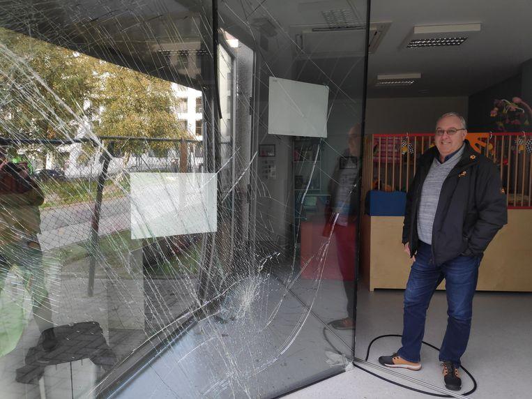 Directeur Wim De Vos meet de schade op.