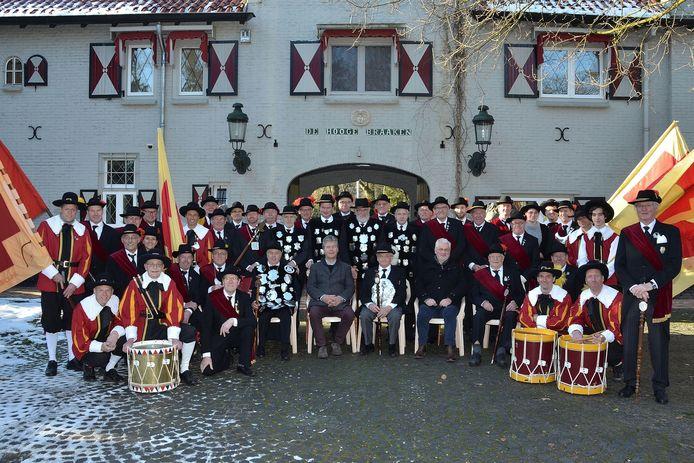 Op landgoed de Hooge Braaken, tussen Oisterwijk en Moergestel, poseerden de gildebroeders van Sebastiaan en Barbara voor hun staatsiefoto. Wethouder Peter Smit mocht in het midden ook aanschuiven.