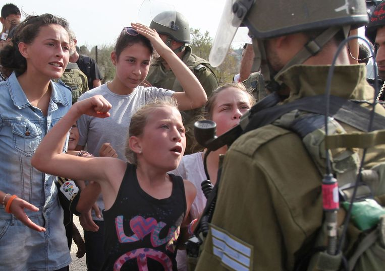 Op deze foto uit 2012 is Ahed Tamimi ook te zien terwijl ze tegenover een Israëlische soldaat staat. Beeld AFP