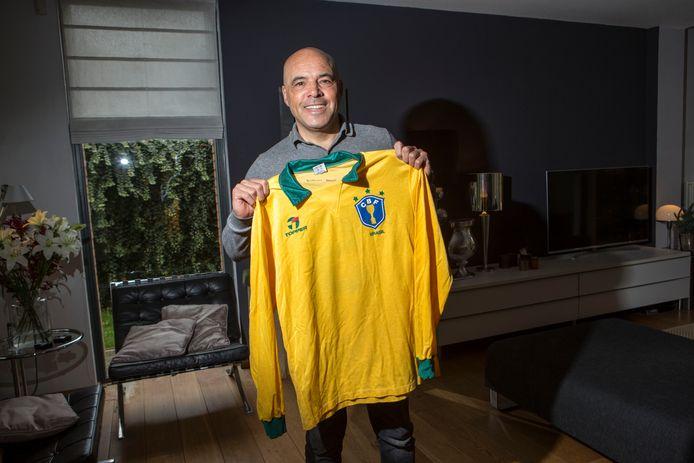 Bart Latuheru met een kleinood uit zijn voetbalcarrière. Hij koestert het shirt van Brazilië na zijn enige interland voor Oranje.