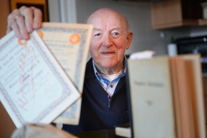 Ben Annink met oude bedrijfsboeken van Stork, die hij schenkt aan belangstellenden. Er hebben zich inmiddels diverse gegadigden gemeld.
