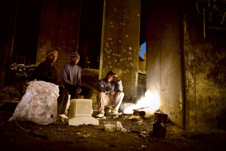 Daklozen onder een brug in Johannesburg: 'Vorige week stak de politie onze dekens in brand.' (FOTO RICHARD FIETEN) Beeld