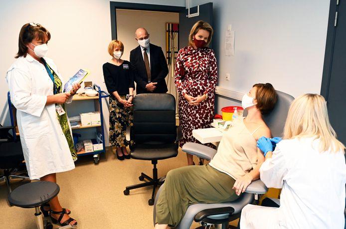 Koning Mathilde bezocht woensdag het Center for the Evaluation of Vaccinations (CEV) in Antwerpen. Inès Verboven (35) uit Hoboken ging met de koningin in gesprek.