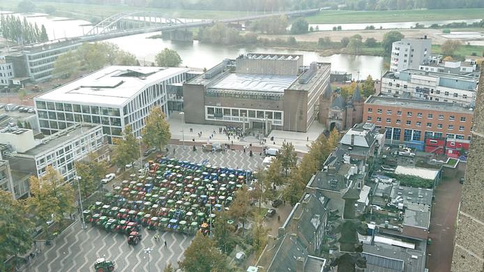 Tractoren verzamelen zich bij het Arnhemse provinciehuis.