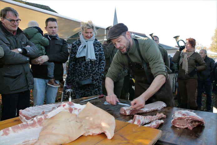 Een beeld van de Boerenmarkt in 2018. Onder toezicht van publiek en jachthoornblazers vindt live de slacht plaats.