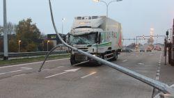 Vrachtwagen door middenberm na klap tegen auto in Hasselt: twee slachtoffers zwaargewond, één kritiek