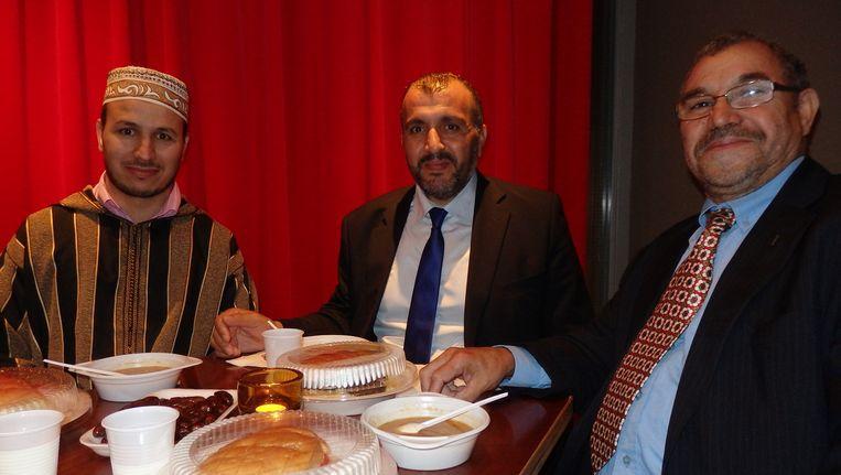 Stadsdeelvoorzitter Ahmed Baâdoud (m) met imam Aboubaker el Boudounti (l) en Akil el Ghazaoui van de stichting Internationale Amicales Marokkanen in Nederland (vlrn). Beeld Schuim