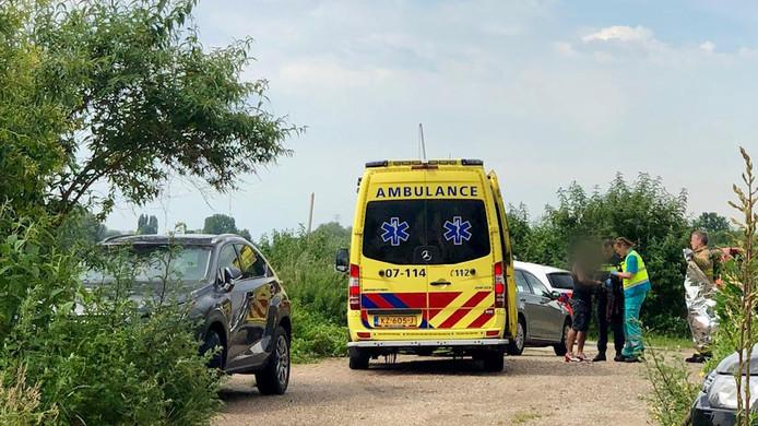 Hulpdiensten bij de Rijn in Arnhem waar een drenkeling werd gered.