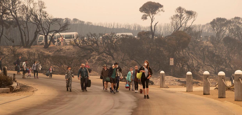 Op oudejaarsdag vluchtten inwoners van Mallacoota naar het strand. Het marineschip HMAS Choules is erheen gevaren om hen te evacueren.