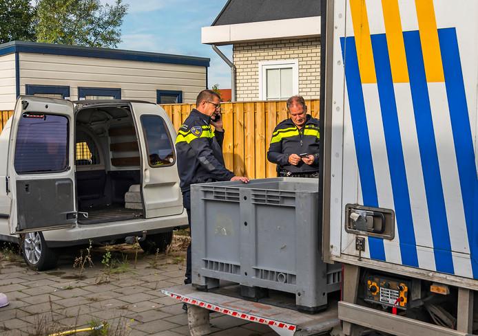 Agenten bij woonwagenkamp Groenoord in Spijkenisse.