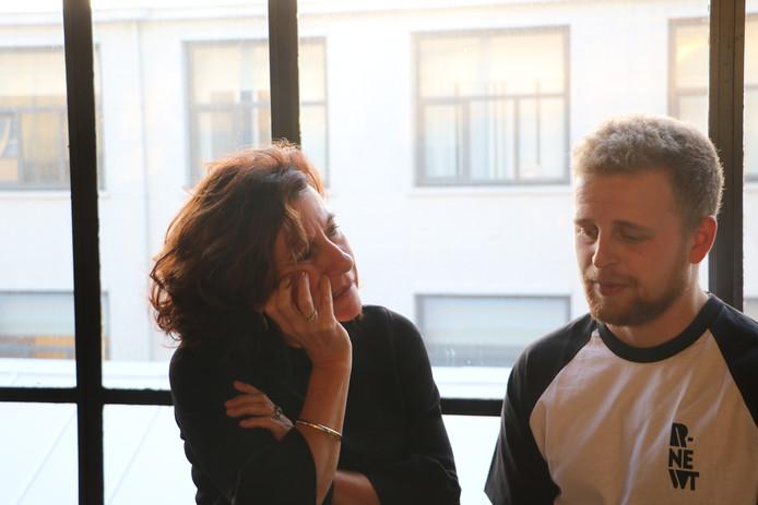 Wethoudster Marcelle Hendrickx in gesprek met een jongen die tijdens de Week van de Kindermishandeling rapt over zijn verleden.