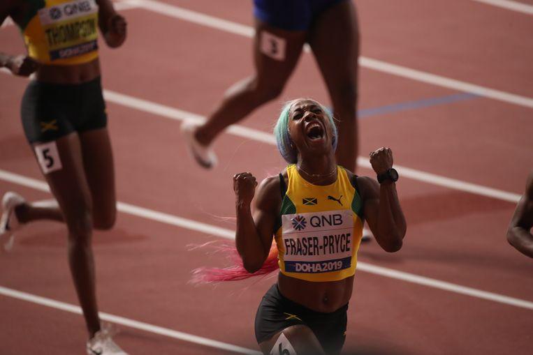 Shelly-Ann Fraser-Pryce juicht nadat ze de finale van de 100 meter heeft gewonnen tijdens de WK. Beeld Getty Images