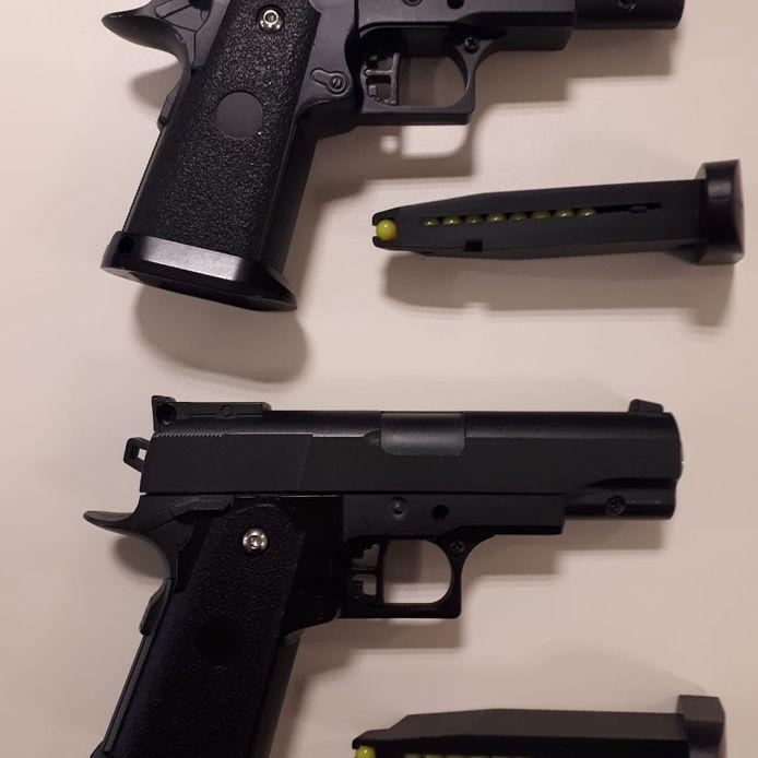 De nepwapens die de jongeren bij zich hadden.