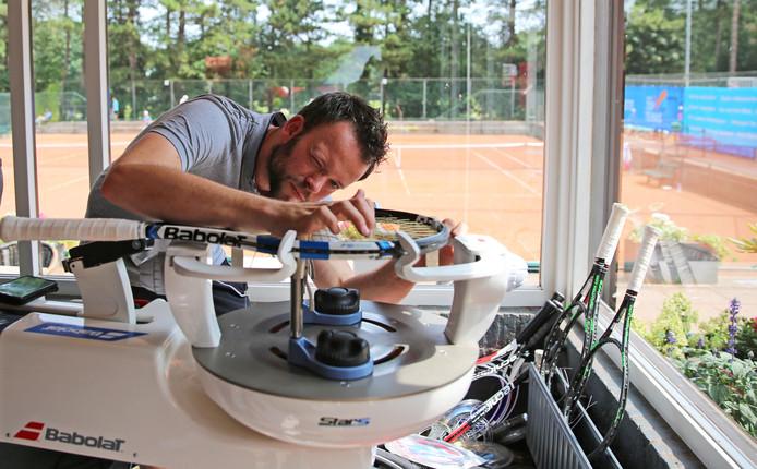 Timo van Driel geconcentreerd en met liefde aan het werk tijdens het Dutch Open.