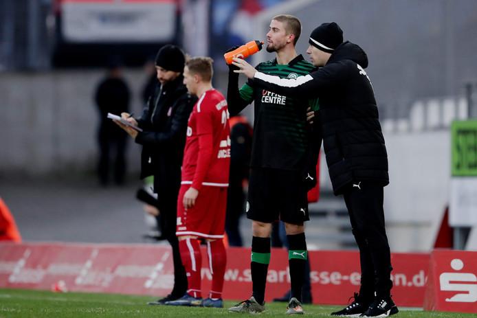 Danny Buijs instrueert Ramon Lundqvist tijdens het oefenduel met Rot Weiss Essen.