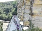 Le peloton s'est élancé sous la chaleur du Pont du Gard