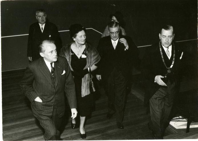 Burgemeester L.R.J. ridder van Rappard, C.T. de Vries Robbé (achter de burgemeester) en Commissaris van de Koningin Jan Klaasesz (l) beklimmen de trappen van De Nieuwe Doelen op  13 februari 1961.