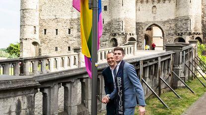Mister Gay Belgium hijst regenboogvlag aan Steen