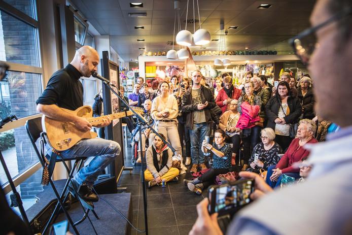 Stan Van Samang speelt op gitaar in het AZ Sint-Lucas.