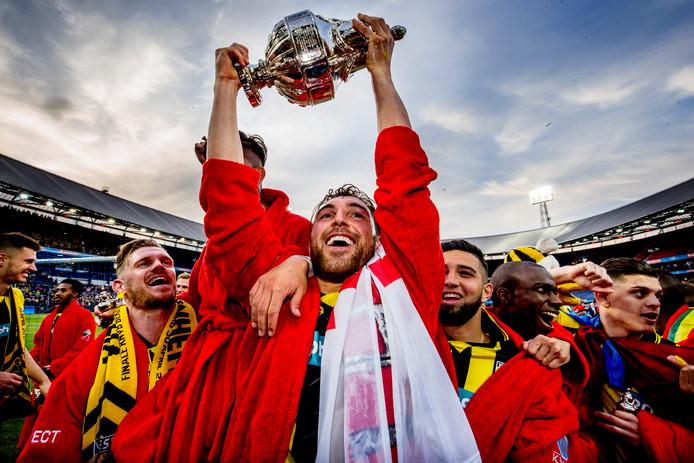 Guram Kashia met de KNVB-beker die Vitesse vorig jaar voor het eerst in de clubhistorie won.