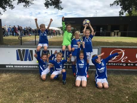 Gedupeerde kinderen krijgen toch clinic en stadiontour bij Schalke en De Graafschap
