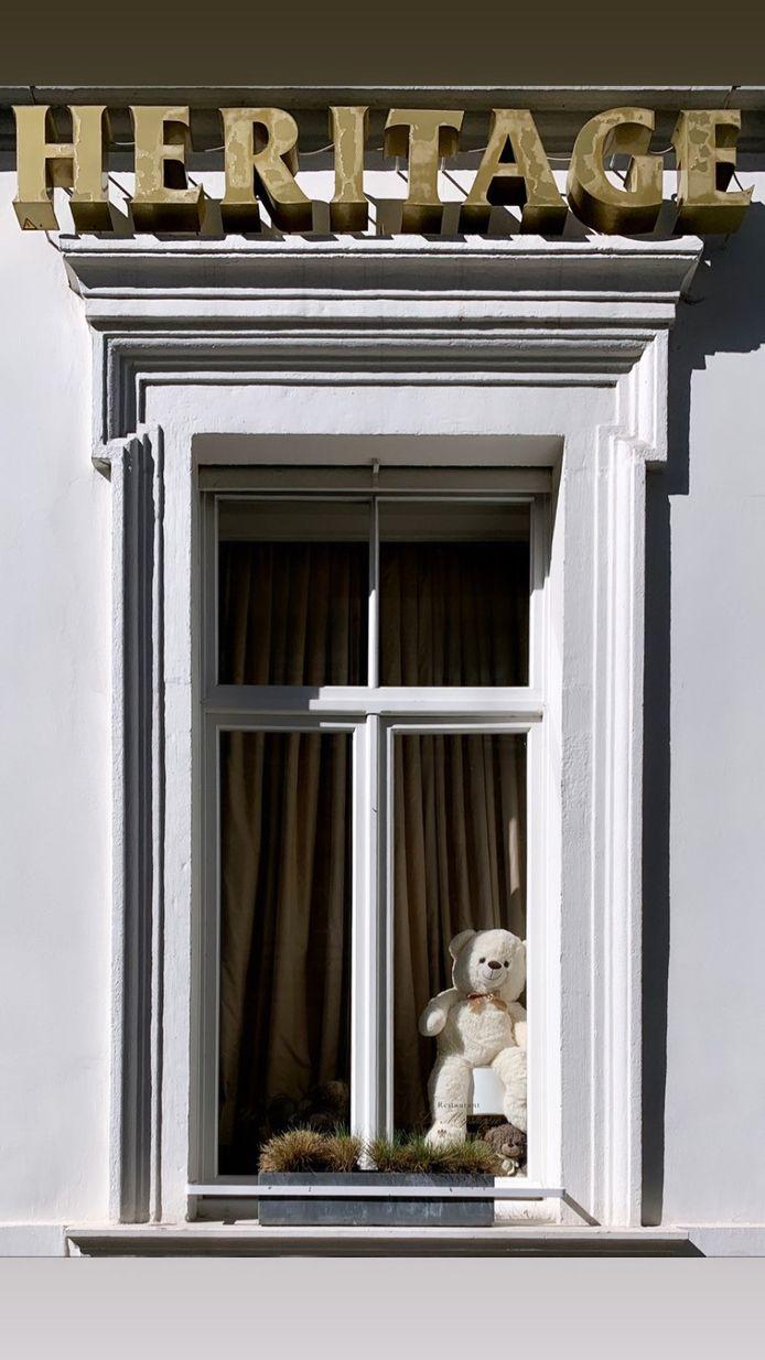 Kan jij raden hoeveel beren er achter de ramen van Hotel Heritage staan?