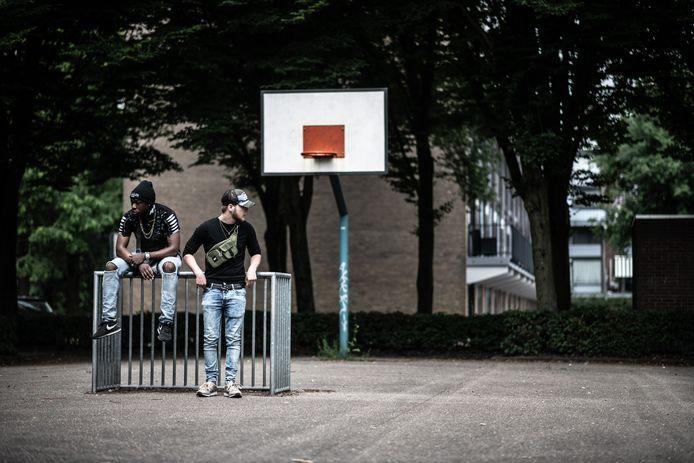 Martijn van der Veen (rechts) en Jahley Meyer maken een docuvlog van hun straatleven in Dukenburg.