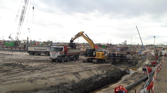 Grondoverslag op het bouwterrein van de Nieuwe Sluis, voor transport naar de Nieuw Neuzenpolder.