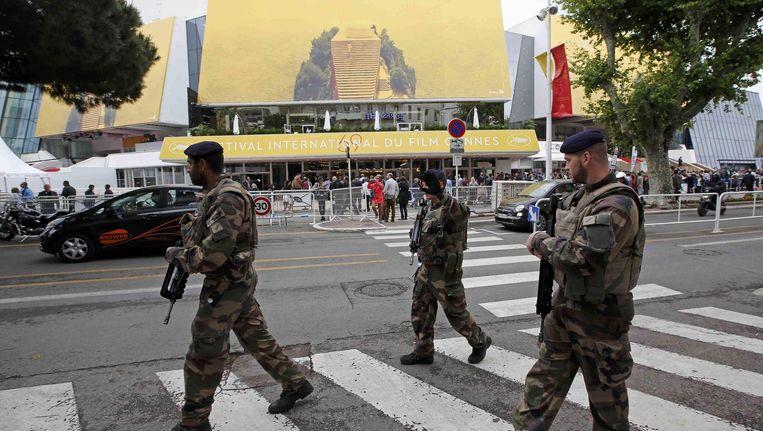 Militairen voor het conferentiecentrum in Cannes. Beeld reuters