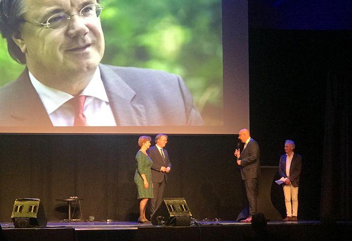 Commissaris van de Koning Wim van de Donk en zijn vrouw (links) luisteren naar Jack Mikkers, de burgemeester van Den Bosch. Even later krijgt Van der Donk de Stadspenning.