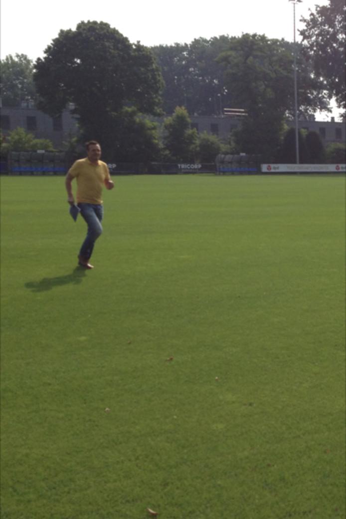 Willem II-teammanager Mischa Rook sprint met het huurcontract het veld op tijdens de training.