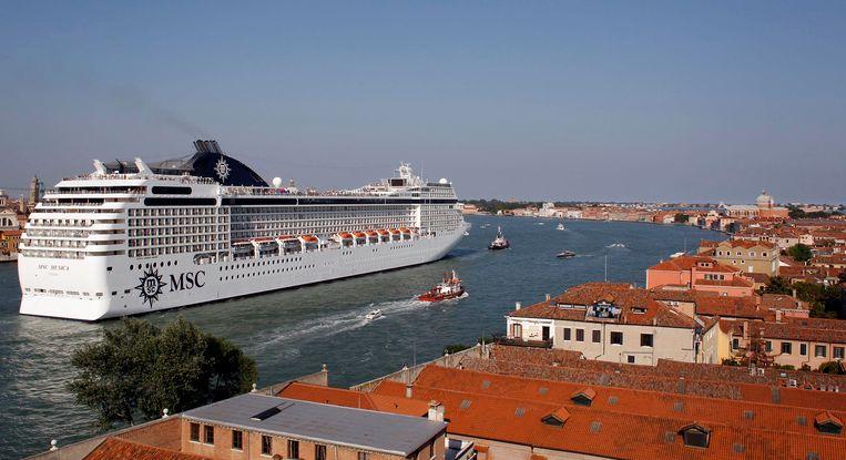 Het is een bizar zicht: gigantische cruiseschepen die Venetië binnen varen.