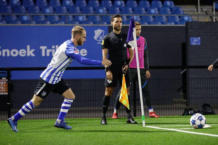 Jason Bourdouxhe (l) neemt een corner namens FC Eindhoven.