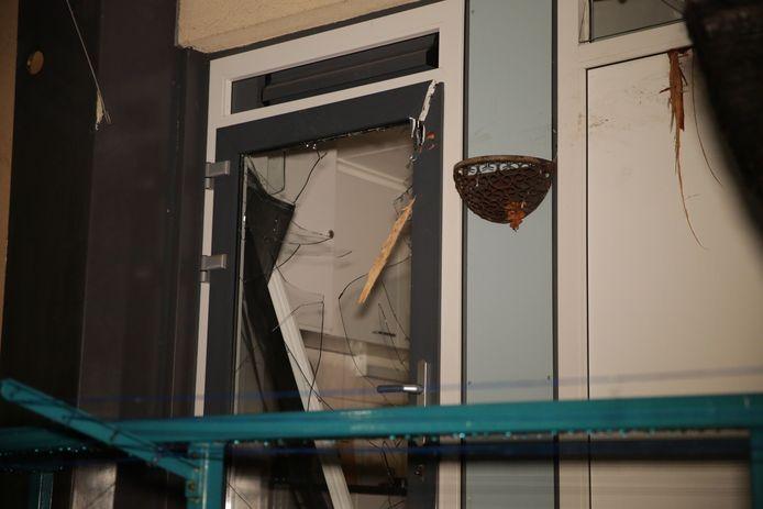 Van meerdere woningen zijn de ruiten kapot gegaan.