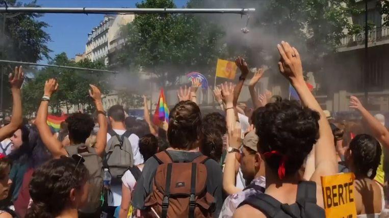 Grote massa trotseert hitte tijdens Pride in Parijs