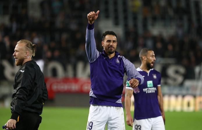 Nacer Chadli steekt een duimpje op na de zege van Anderlecht.