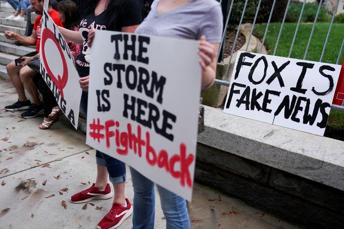 Aanhangers van Donald Trump protesteren in Atlanta tegen de verkiezingsuitslagen voor het parlementsgebouw van de staat Georgia.