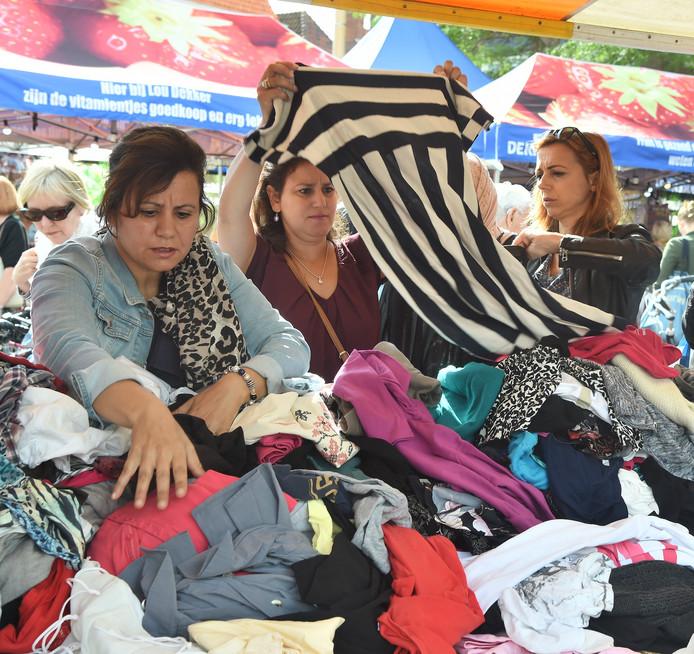 De kledingmarkt van de Kledingbank Zeeland op de Markt in Middelburg trok in 2017 veel klanten.