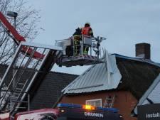Stuk dak waait los in Drunen: Brandweer zet hoogwerker in om dak te verwijderen