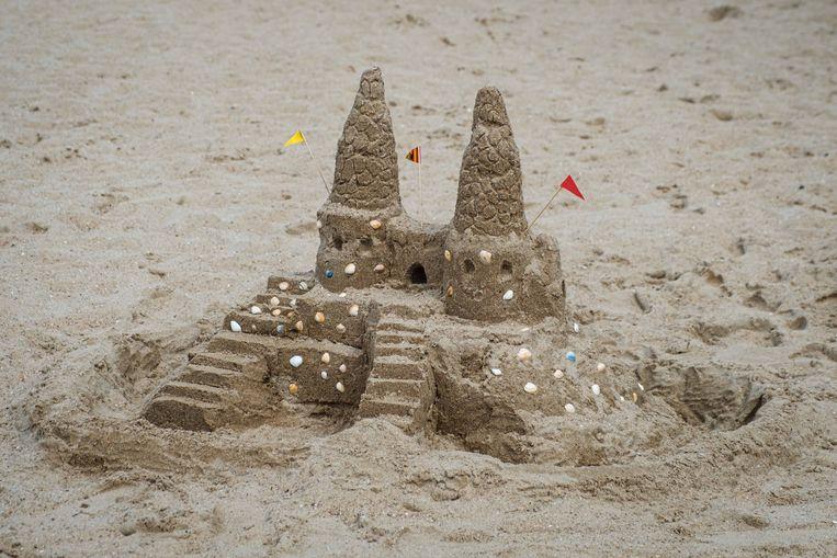 Oki Lambert won met haar kasteel de zandkastelenwedstrijd.