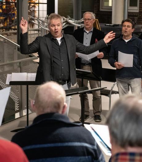 Hengelo's Mannenkoor verliest zijn bevlogen dirigent Jacco na twaalf jaar